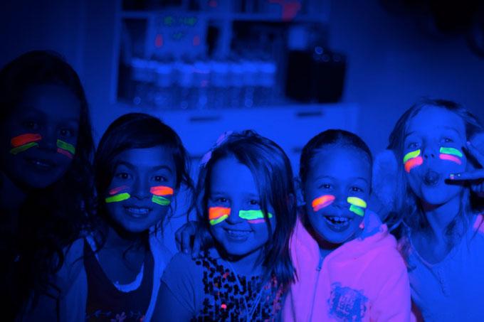 fiesta-maquillaje-uv-luminoso-niños